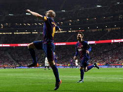 Iniesta hizo un gol de pillo amagándole a Soria. (Foto: Getty)