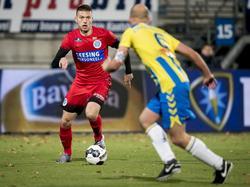 Alexander Bannink (l.) stoomt op namens De Graafschap in het duel met RKC Waalwijk. (25-11-2016)