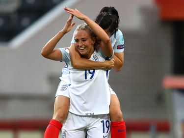 Karen Carney (r.) gewann mit ihrer Mannschaft alle drei Gruppenspiele bei der EM