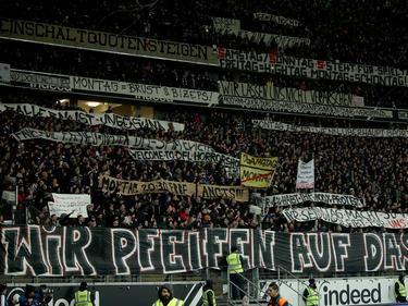 Die Fans von Eintracht Frankfurt protestierten gegen das Montagsspiel