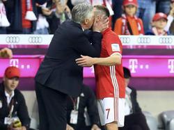 Bayern-Trainer Carlo Ancelotti küsste Franck Ribéry bei dessen Auswechslung