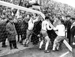 Werder-Spieler versuchen das umgestürzte Tor wieder aufzustellen