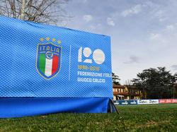 Die italienische Nationalmannschaft läuft mit einem Gedenktrikot gegen Argentinien auf