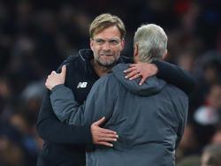 Jürgen Klopp (l.) verneigt sich vor der Leistung von Arsène Wenger