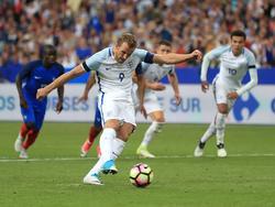 Harry Kane anota de penalti un tanto con la selección inglesa. (Foto: Imago)