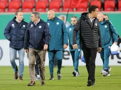 Klaus Allofs (l.) will sich in Wolfsburg nicht auf Valérien Ismaël festlegen