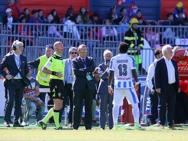 Muntari se marcha del terreno de juego por los insultos. (Foto: Getty)