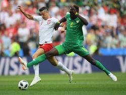 Ließ Polen-Star Robert Lewandowski kaum zur Entfaltung kommen: Senegals Salif Sané