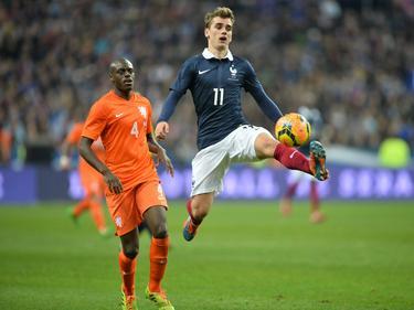 Bruno Martins Indi (l.) kijkt toe hoe Antoine Griezmann (r.) de bal aanneemt tijdens Frankrijk - Nederland. (5-3-2014)