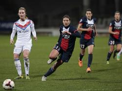 Annike Krahn von PSG hetzt gegen Lyon dem Ball hinterher