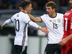 Thomas Müller (r.) und Mesut Özil wussten zu gefallen