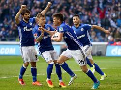 Der Schalker Torschütze Klaas Jan Huntelaar (M.) jubelt über den Treffer zum 1:1 gegen Leipzig