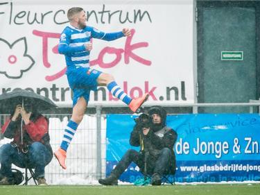 Lars Veldwijk kan juichen nadat hij PEC Zwolle op voorsprong heeft gezet tegen Feyenoord. (14-02-2016)