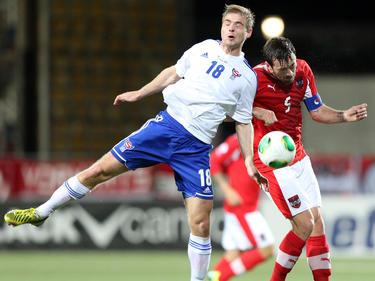 ÖFB-Kapitän Fuchs (r.) ist im Zweikampf mit Páll Klettskarð gut bedient kein Wal zu sein