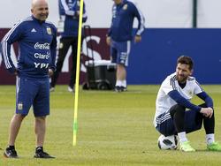 Jorge Sampaoli (l.) steht bei Argentinien in der Kritik