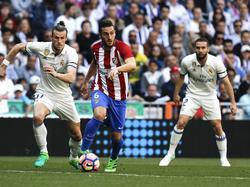 Koke (dcha.) se marcha de Bale en un duelo de esta campaña. (Foto: Imago)