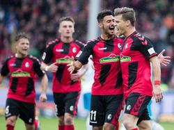 Der SC Freiburg träumt Dank eines Doppelpacks von Florian Niederlechner (r.) von der Europa League