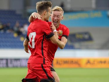 Dominik Starkl und Markus Pavic bejubeln das Führungstor von Admira Wacker