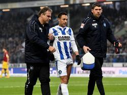 Karlsruhes Manuel Torres (M.) erlitt sich im Spiel gegen Paderborn einen Muskelfaserriss