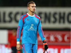 Peter Leeuwenburgh loopt hier van het veld af na het duel met Jong FC Twente. De doelman raakte niet lang hierna zwaar geblesseerd aan zijn schouder. (17-10-2014)