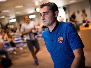 Ernesto Valverde abandona la sala de prensa del Barça. (Foto: Getty)