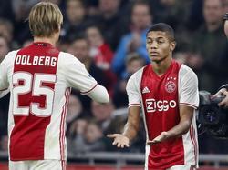 David Neres (r.) valt in tegen Heracles en maakt zijn debuut. Hij vervangt Kasper Dolberg (l.). (26-02-2017)