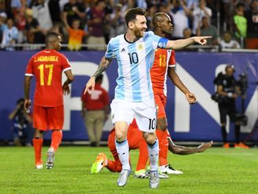 Lionel Messi kan weer ouderwets lachen in het shirt van Argentinië. De superster maakt vlak voor tijd zijn hattrick compleet tegen Panama op de Copa América. (11-06-2016)