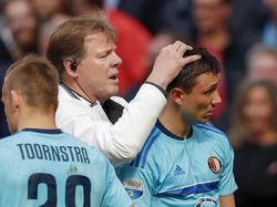 Steven Berghuis heeft verzorging nodig, nadat er door het Ajax-publiek een aansteker op zijn hoofd is gegooid. (02-04-2017)