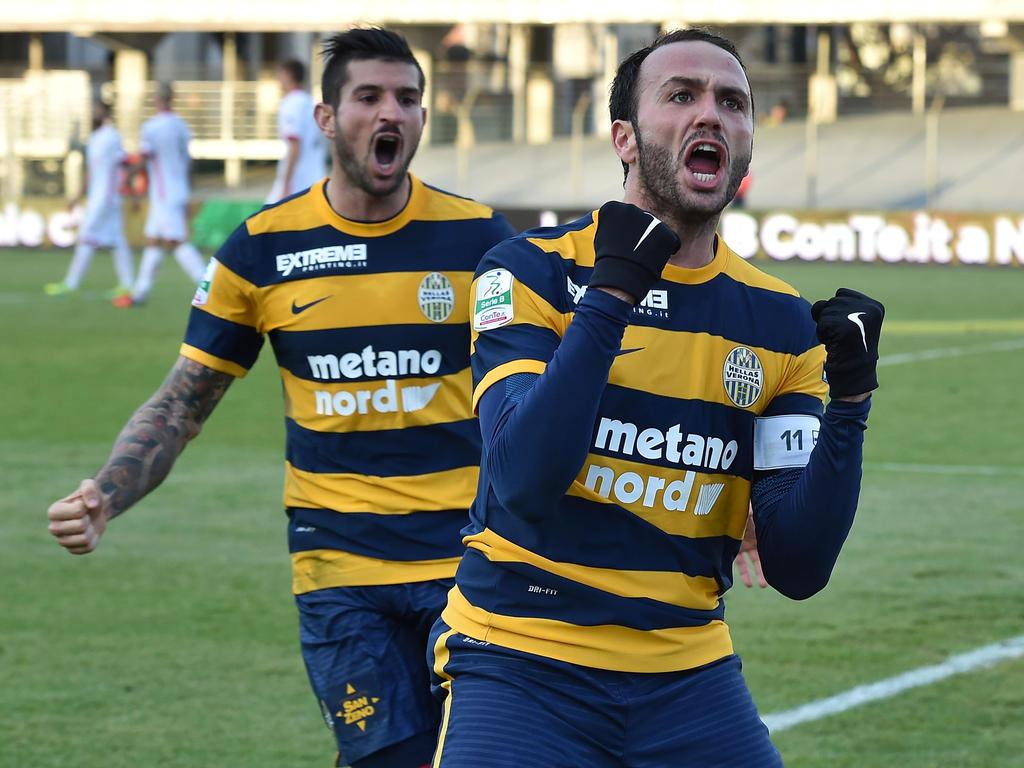 Hellas-Torjäger Giampaolo Pazzini und seine Teamkollegen feiern den Aufstieg