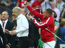 Lukas Podolski (re.) feierte mit Wenger 2014 den Gewinn des FA Cups