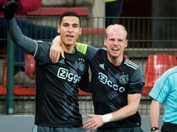 Anwar El Ghazi (l.) heeft zojuist gescoord tegen Standard Luik en Davy Klaassen (r.) viert het feestje mee. (08-12-2016).