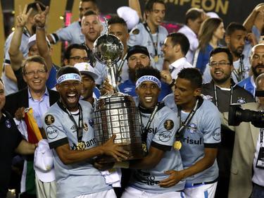 Los jugadores del Gremio posan con la copa tras la victoria. (Foto: Imago)