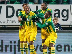 Gervane Kastaneer (l.) wordt bejubeld door zijn teamgenoten na zijn openingstreffer in het duel ADO Den Haag - PEC Zwolle. (21-01-2017)