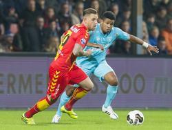 Chinedu Ede (r.) moet in de achtervolging bij Kevin Brands (l.) tijdens het competitieduel Go Ahead Eagles - FC Twente (22-10-2016).