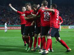 Nils Petersen (2. v. r.) jubelt mit seinen Freiburger Teamkollegen