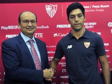 Borja Lasso (dcha.) y Pepe Castro, presidente del Sevilla, escenifican su renovación. (Foto: Imago)