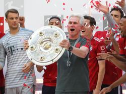 Bayern-Coach Jupp Heynckes mit der Meisterschale