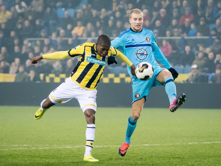 Kelvin Leerdam (l.) komt net tekort om een lange bal te controleren, Simon Gustafson (r.) kan simpel opruimen met zijn linkervoet. (26-01-2017)