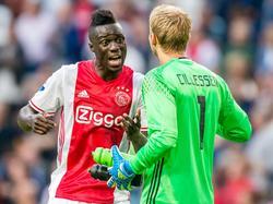 Tijdens het basisdebuut van Davinson Sánchez (l.) overlegt de Colombiaan met zijn doelman Jasper Cillessen (r.) in de wedstrijd tegen Roda JC. (13-08-2016)