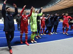Nach dem Sieg in Berlin durften sich die Mainzer Profis feiern lassen