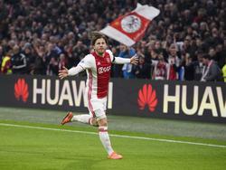 Lasse Schöne heeft op fantastische wijze Ajax op 2-0 gezet tegen ADO Den Haag. Zijn vrije trap eindigt in de bovenhoek. (29-01-2017)