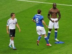 Auch Philipp Lahm (l.) konnte Mario Balotelli im EM-Halbfinale 2012 nicht stoppen