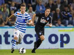 Dean Koolhof (l.) ontsnapt aan de aandacht van Tibeau Swinnen (r.) tijdens het competitieduel De Graafschap - FC Eindhoven (05-08-2016).