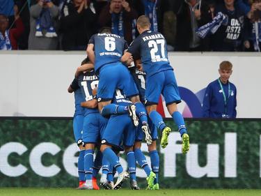 Los jugadores del Hoffenheim amontonan para celebrar uno de los tantos. (Foto: Getty)