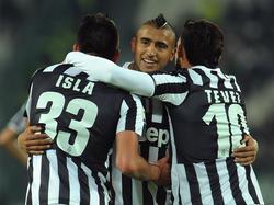 Arturo Vidal wordt geknuffeld door zijn teamgenoten.