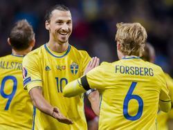 Zlatan Ibrahimović (l.) und Emil Forsberg feiern den Führungstreffer