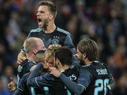 De Ajacieden vallen elkaar in de armen nadat Kasper Dolberg voor de 0-1 heeft gezorgd tegen Olympique Lyon in de return van de halve finale van de Europa League. (11-05-2017)