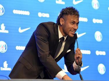 Neymar radiante tras firmar con el PSG de Emery. (Foto: Getty)