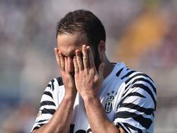 Frustratie bij Gonzalo Higuaín tijdens het competitieduel Pescara Calcio - Juventus (15-04-2017).