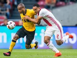 Mikail Rosheuvel (l.) probeert Ajax-verdediger Kenny Tete (r.) eruit te sprinten. De rechtsback laat zich echter niet zomaar passeren. (13-08-2016)